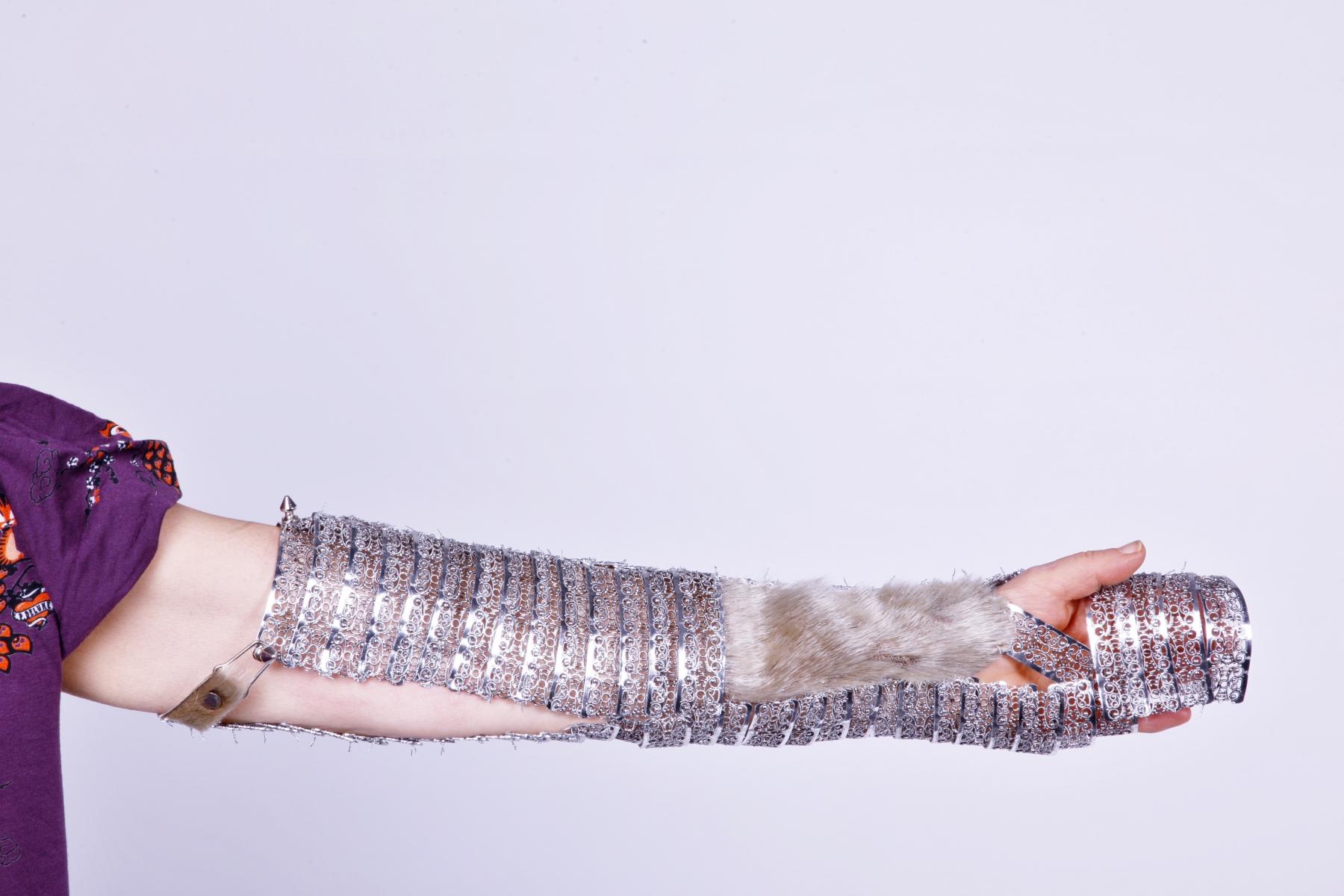 Silberfarbenes Objekt aus Gablonzer Elementen für den Arm
