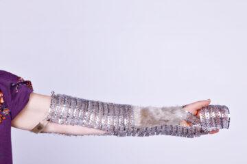 Silberfarbenes Objekt für den Arm aus Gablonzer Elementen und Robbe